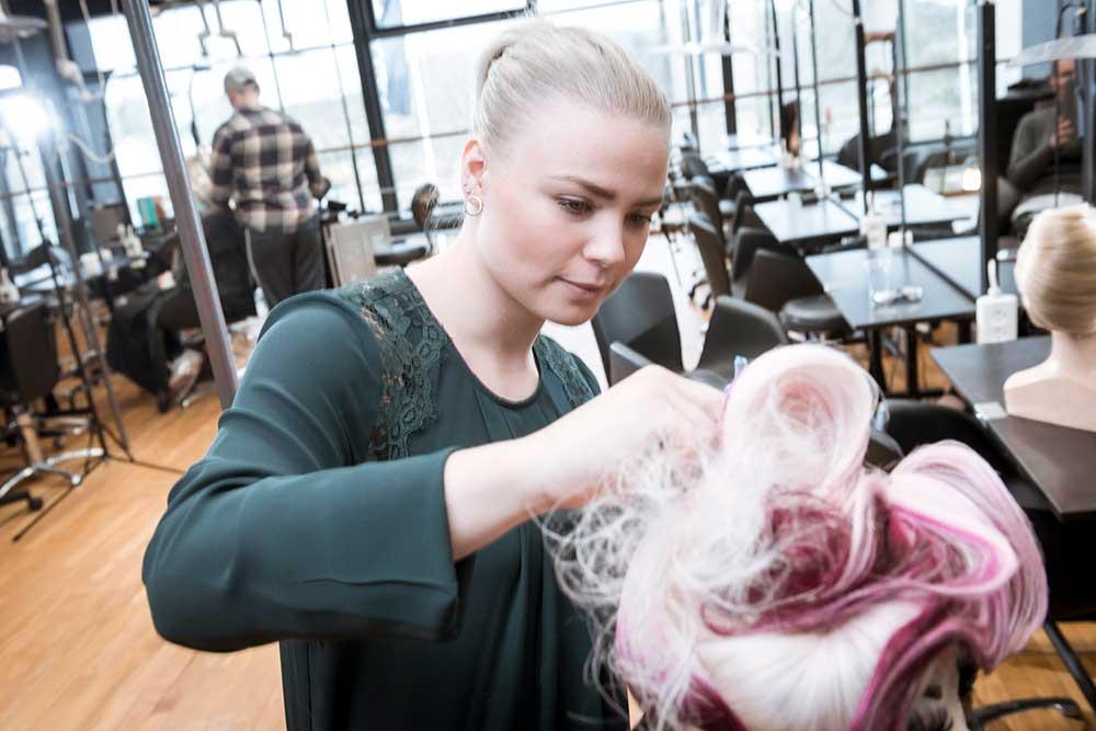 hvad tjener en frisør